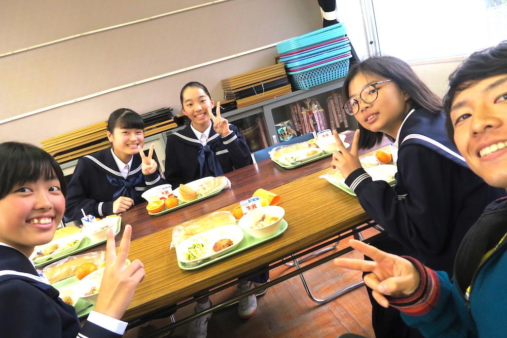 愛媛県八幡浜市真穴中学校の講演会にゲスト出演(生徒と給食)の写真