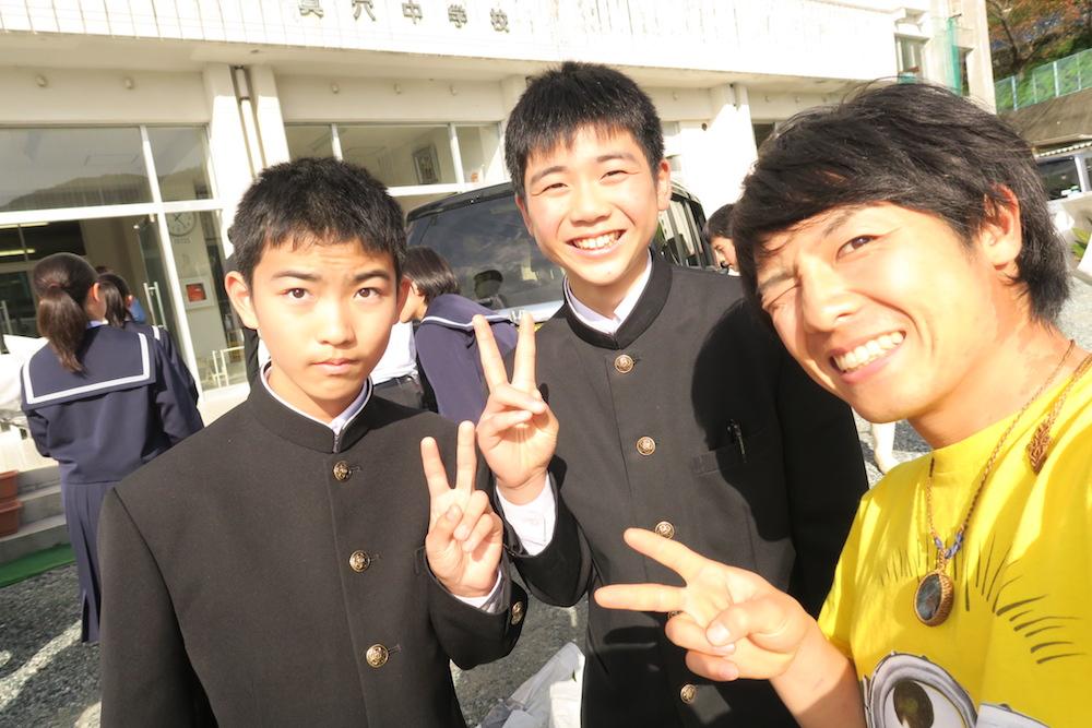 愛媛県八幡浜市真穴中学校の講演会にゲスト出演(ペアの子たち)の写真