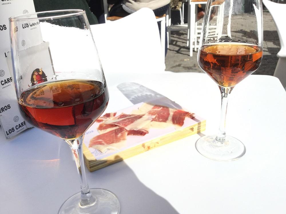 スペインのバルにてシェリー酒と生ハムの写真