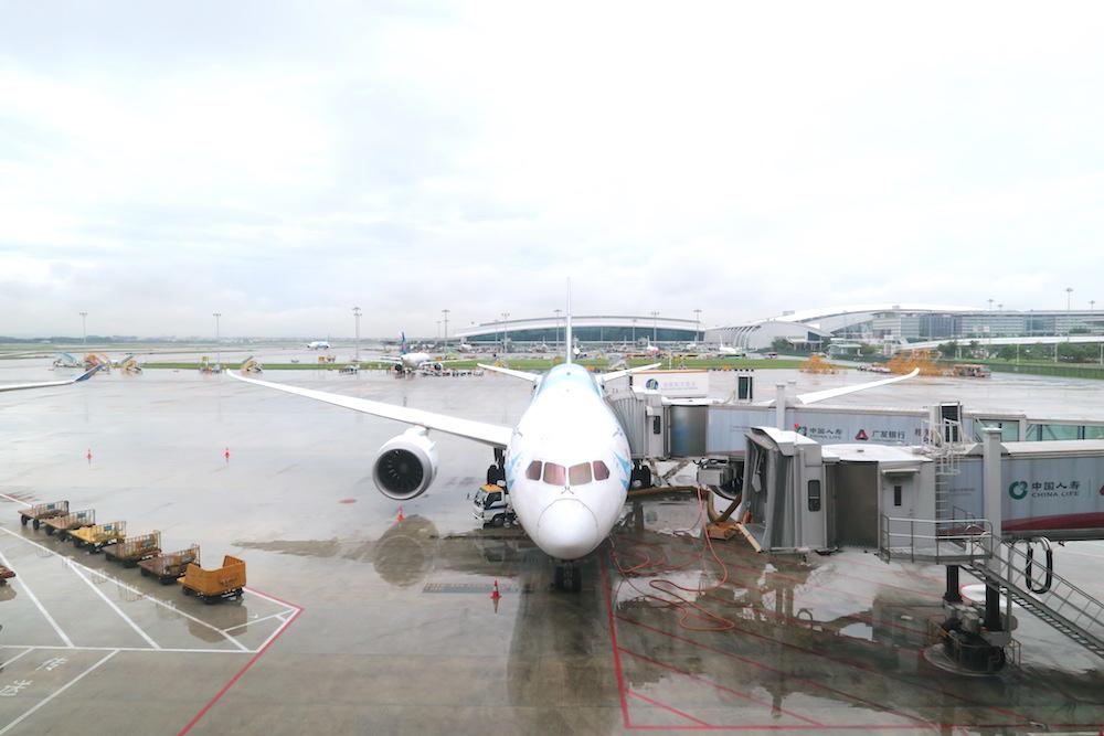 広州空港と飛行機の写真