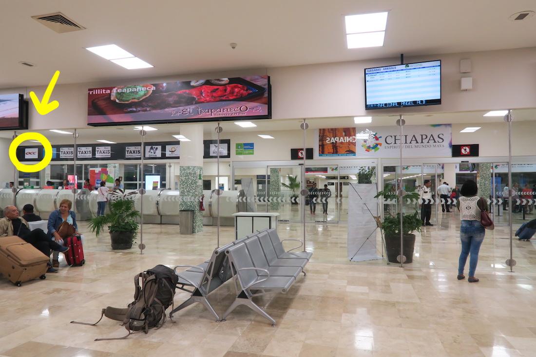トゥストラ・グティエレス空港のタクシー・バスチケット窓口の写真
