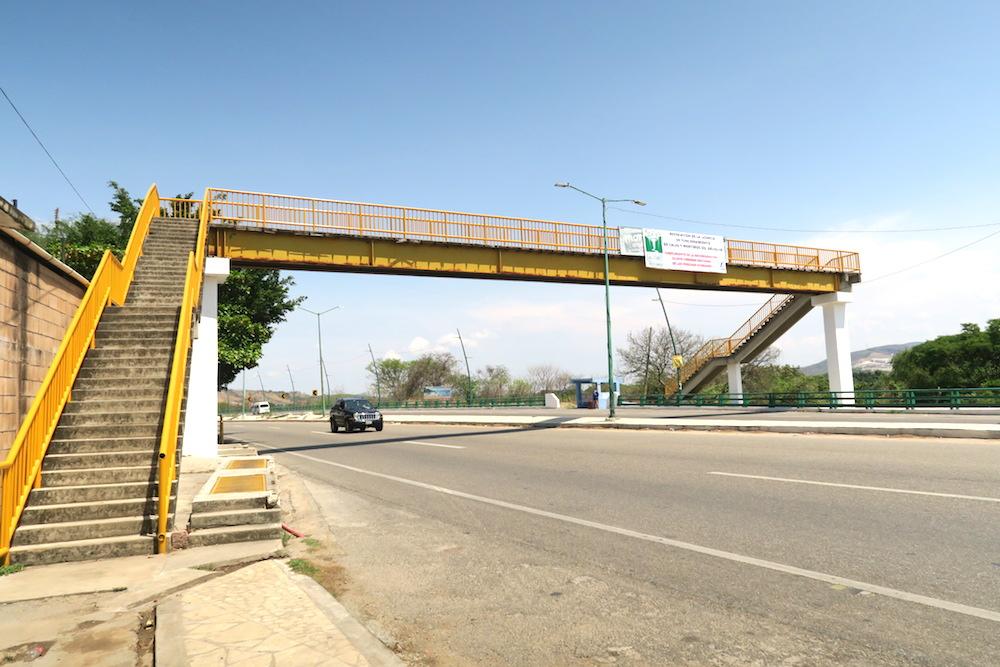 メキシコ・スミデロ渓谷バス降車場所(歩道橋)の写真