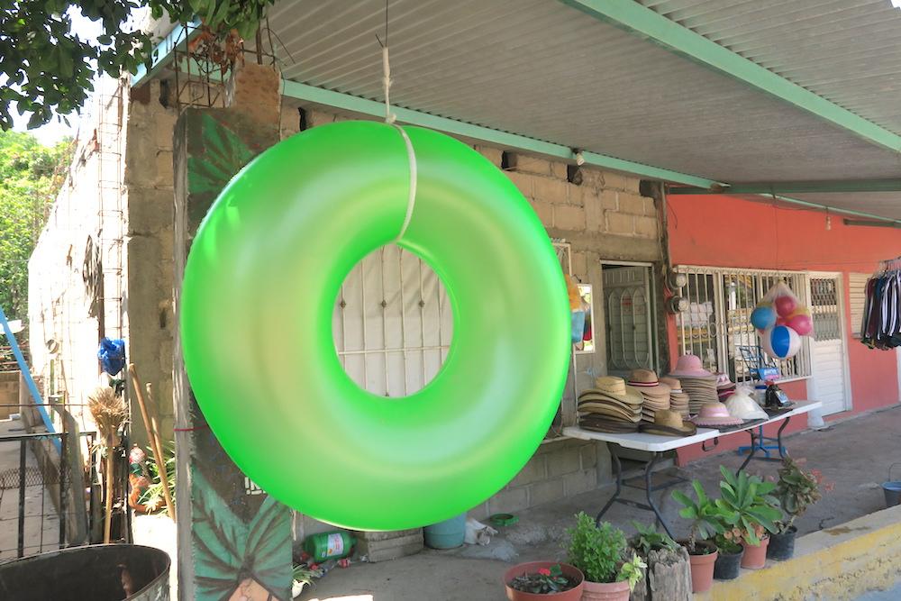 メキシコ・スミデロ渓谷(商店の浮き輪)の写真