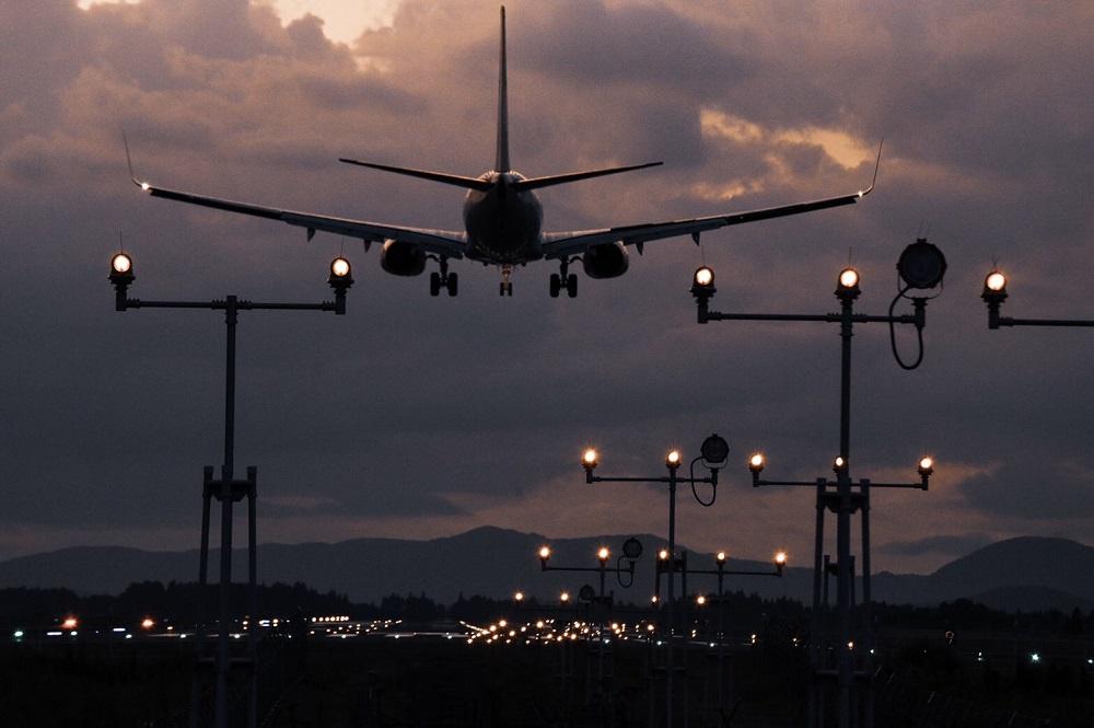 鹿児島空港と飛行機(夕闇の滑走路)の写真