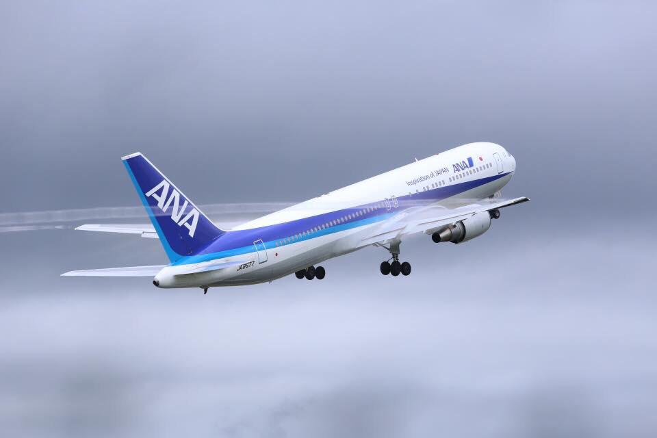 飛行機と飛行機雲(ANA)の写真