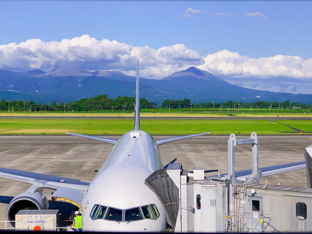鹿児島空港と飛行機の写真