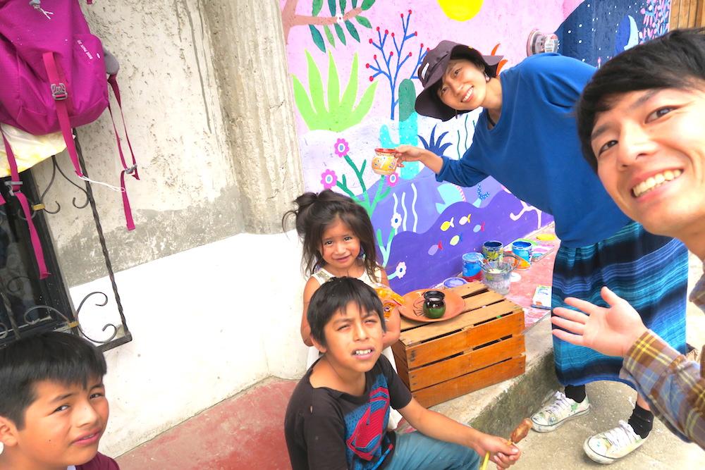 河野ルルちゃん|メキシコで壁画制作(子供たちとチョコラテ)の写真