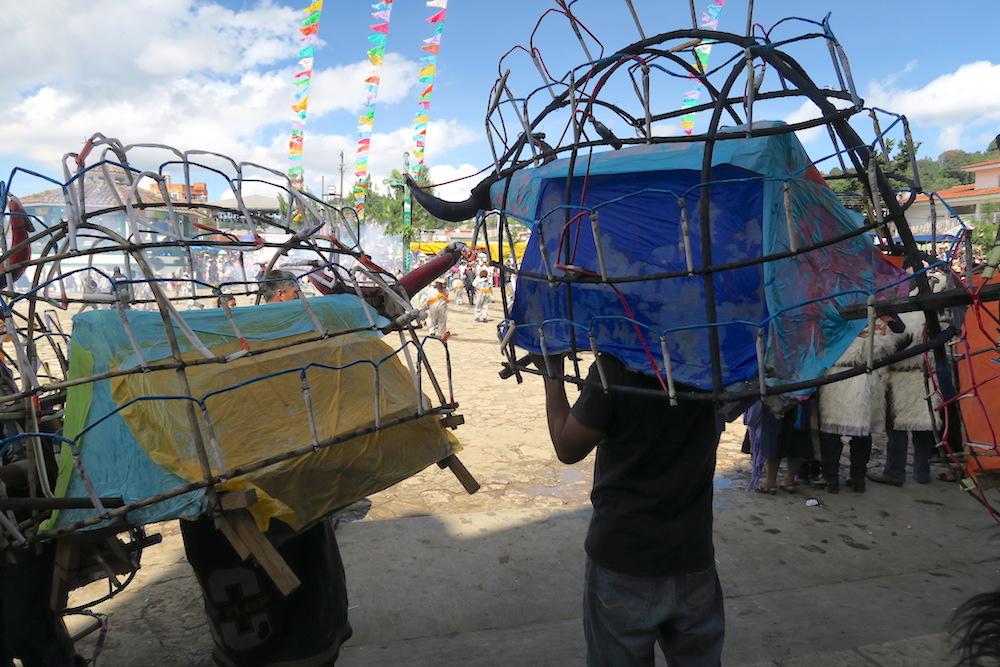 メキシコ|サンフアンチャムラのお祭り(牛の模型)の写真
