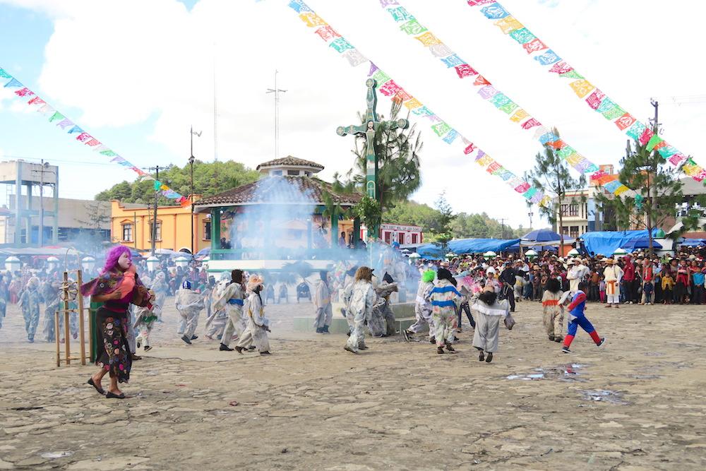 メキシコ|サンフアンチャムラのお祭り(牛を追う子供たち)の写真