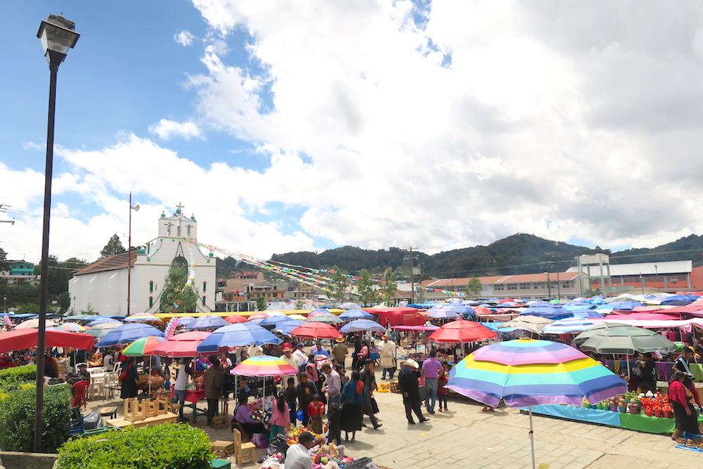 メキシコ|サンフアンチャムラのお祭り(教会と広場の露店)の写真