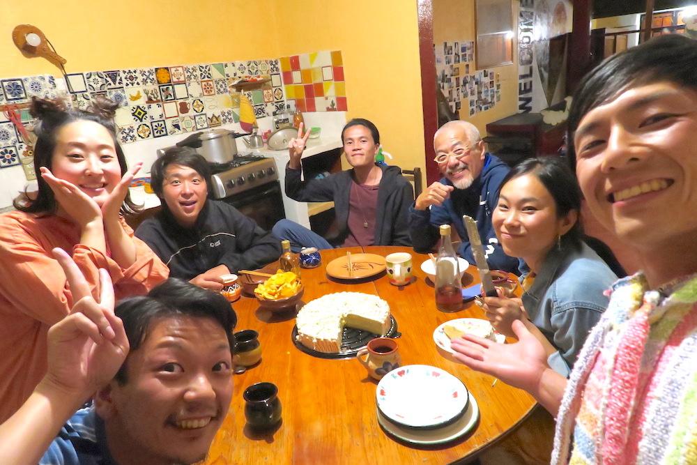 サンクリストバル日本人宿カサカサ(ケーキで送別会)の写真
