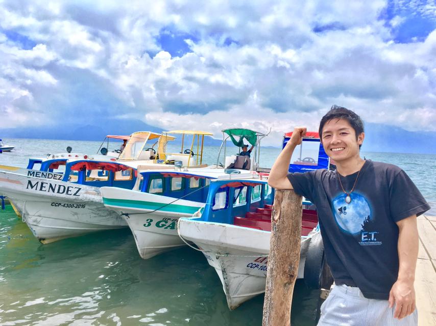 グアテマラ・アティトラン湖のボートで記念撮影