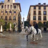 白馬でパトロールするスペインの警察官の写真