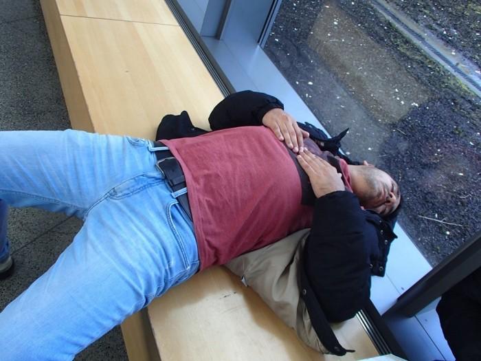 イミグレで寝てる友達の写真