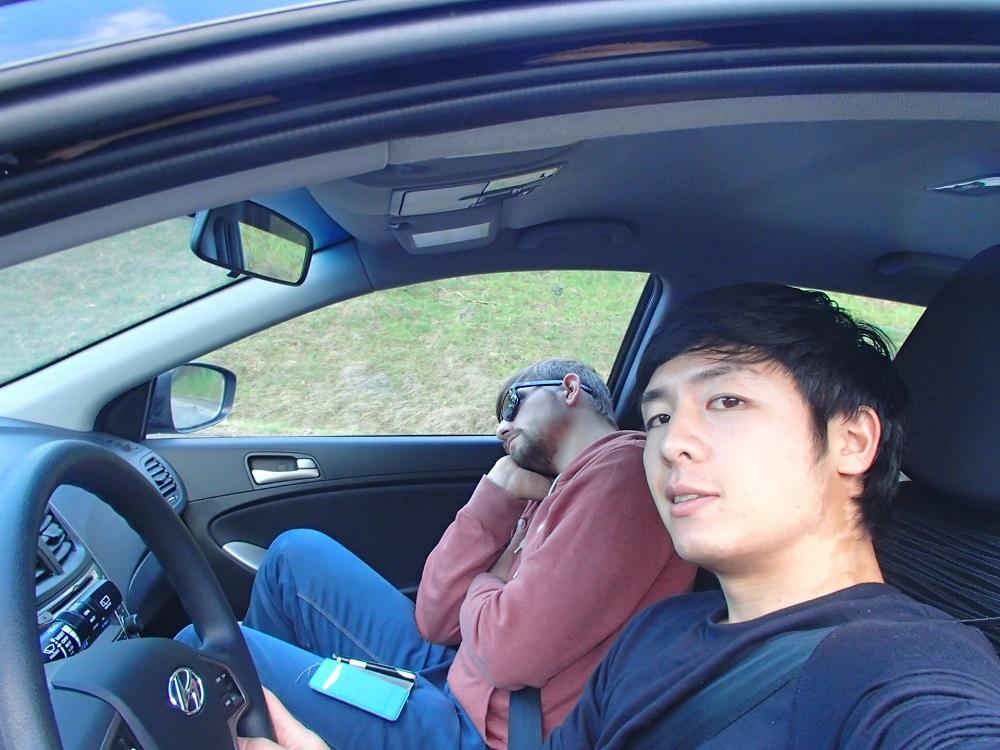 左ハンドルで運転してる写真