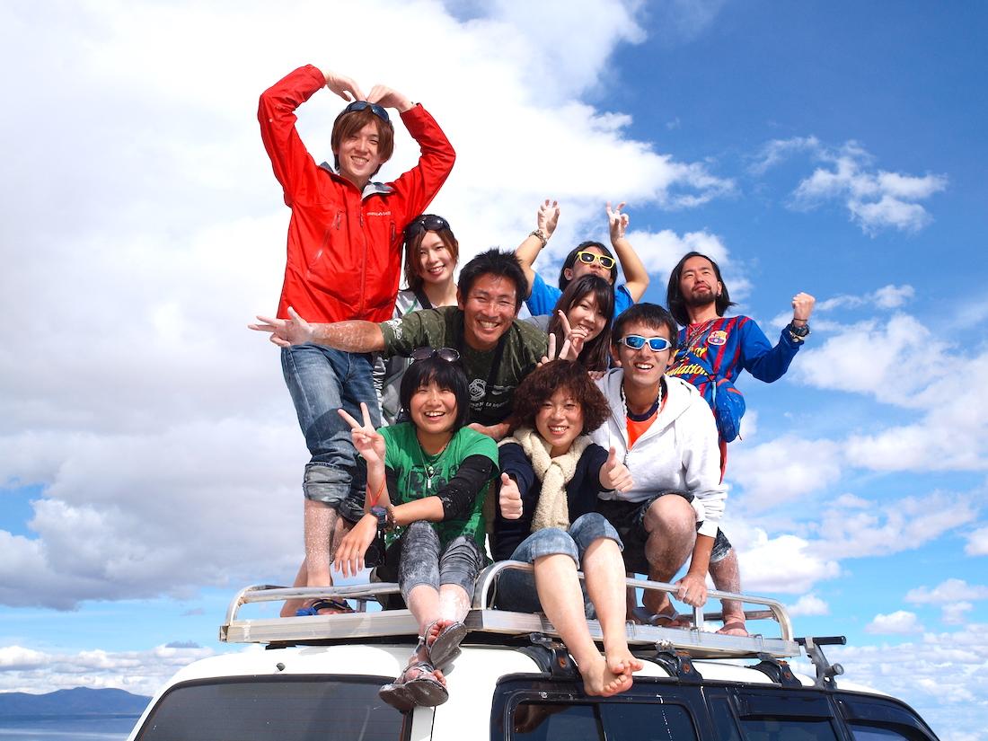 ボリビア・ウユニ塩湖(車の上で集合写真)