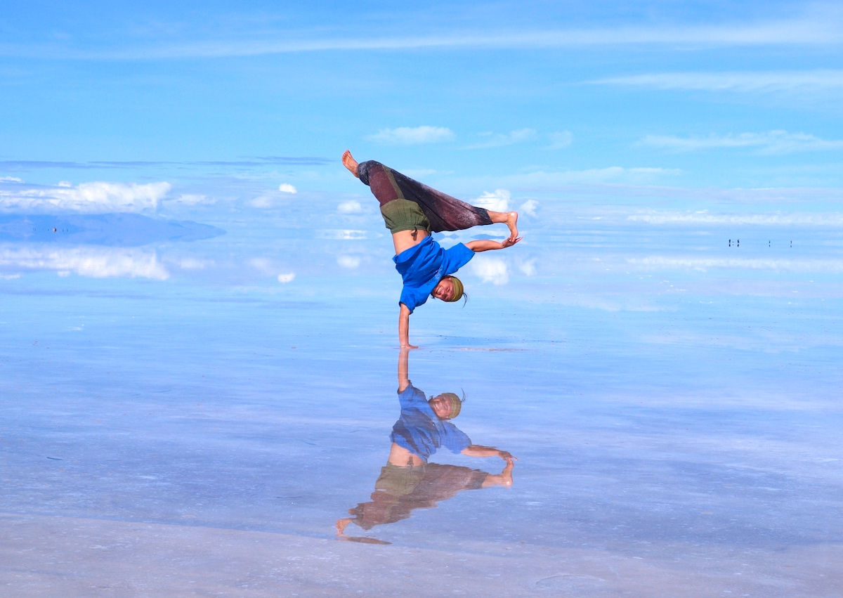 昼のウユニ塩湖鏡ばりでブレイクダンス(マックス)の写真