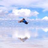 ウユニ塩湖でブレイクダンス(バタフライツイスト)の写真