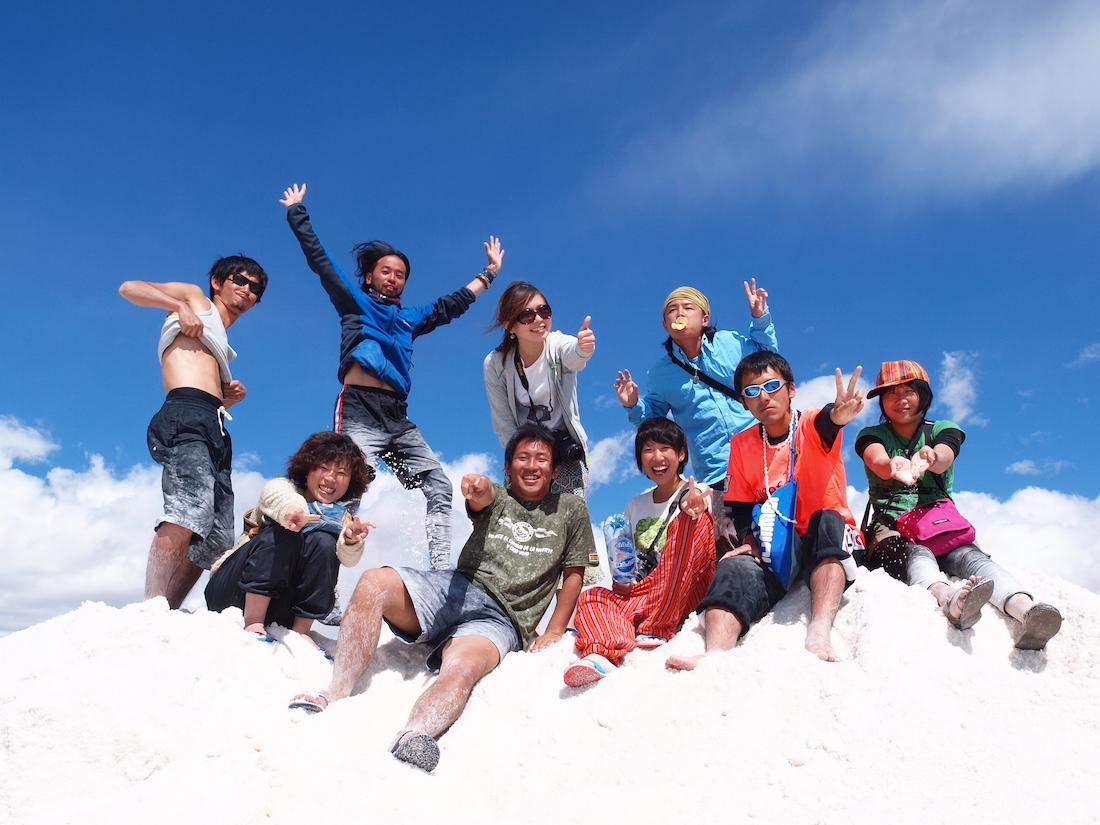 ボリビア・ウユニ塩湖(塩山で集合写真)