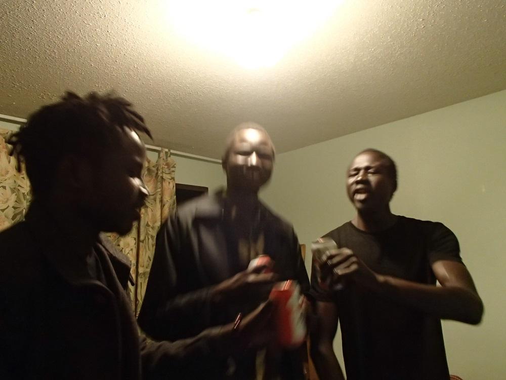 部屋で踊るスーダン人の写真