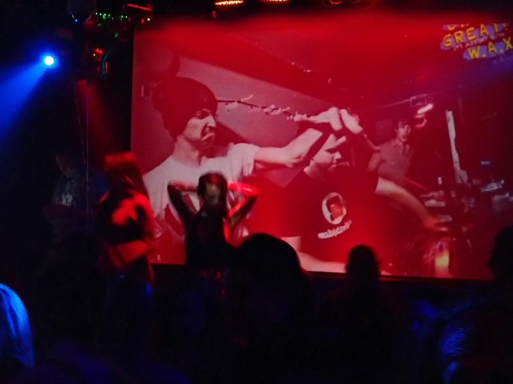 カナダのクラブで踊る女性の写真