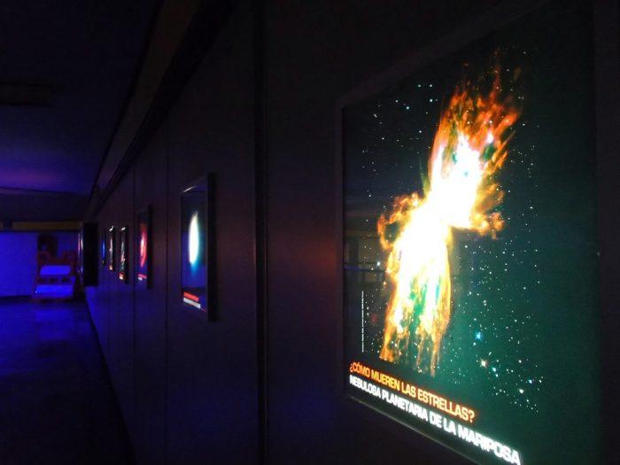 メキシコシティ地下鉄乗り換え口の宇宙展示の写真