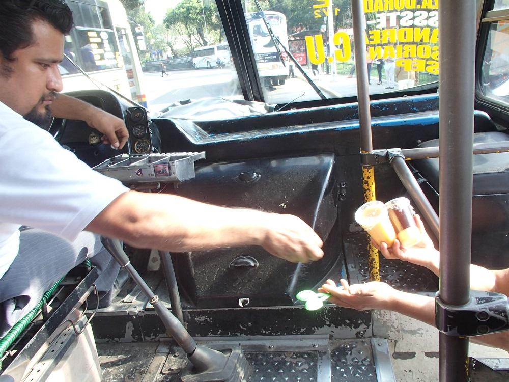 プエブラのローカルバスの運転手の写真