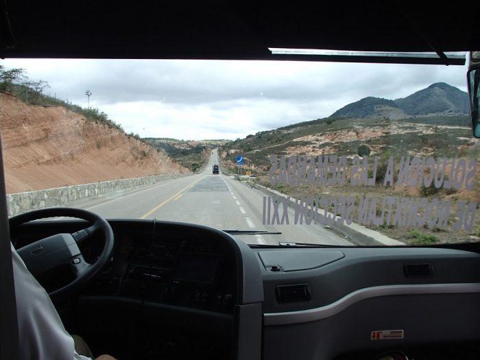 メキシコの壮大な大地(真っ直ぐな道路)