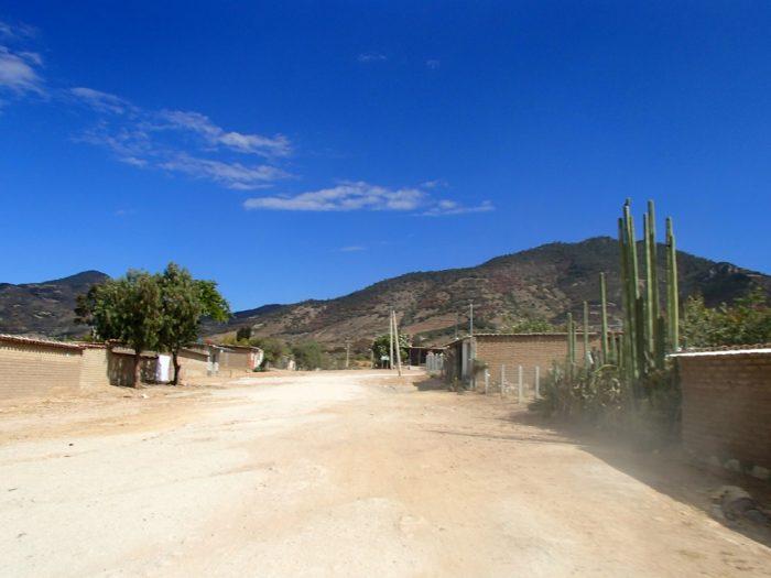 Hierve el Aguaまでの相乗りトラックからの眺め集落の写真
