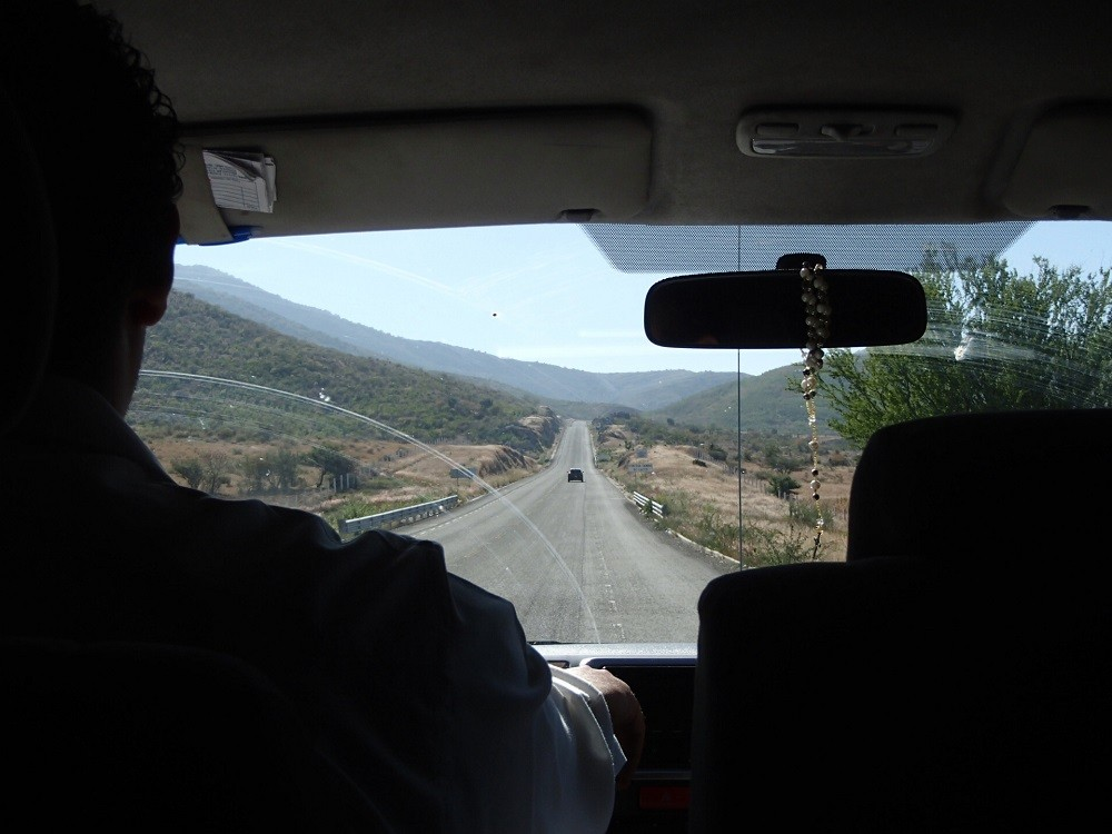 オアハカからポチュトラ行きバンからの景色(道路)の写真