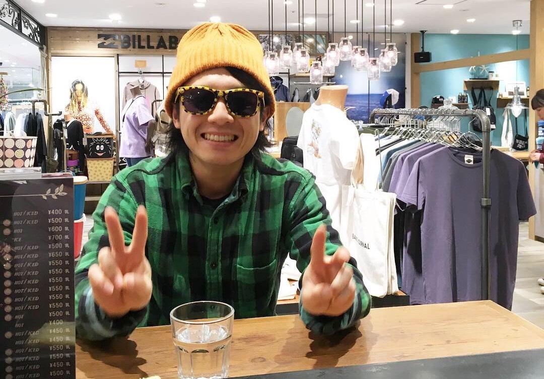 ニコちゃんサングラスで茅ヶ崎のカフェへに行った写真