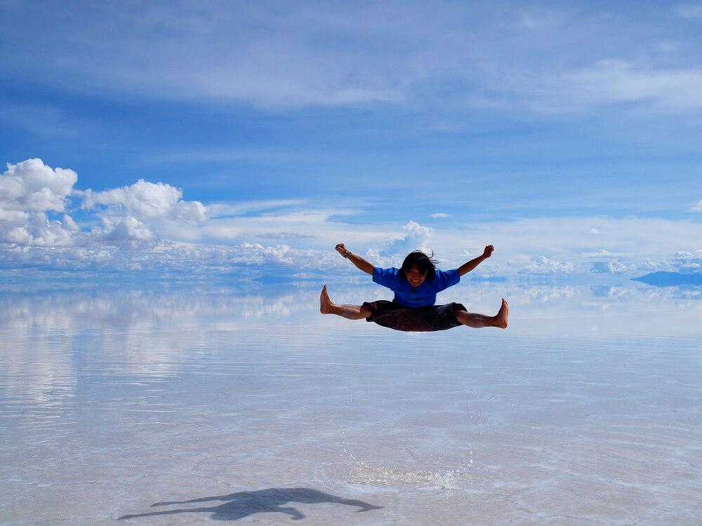 ウユニ塩湖で全力でジャンプした写真
